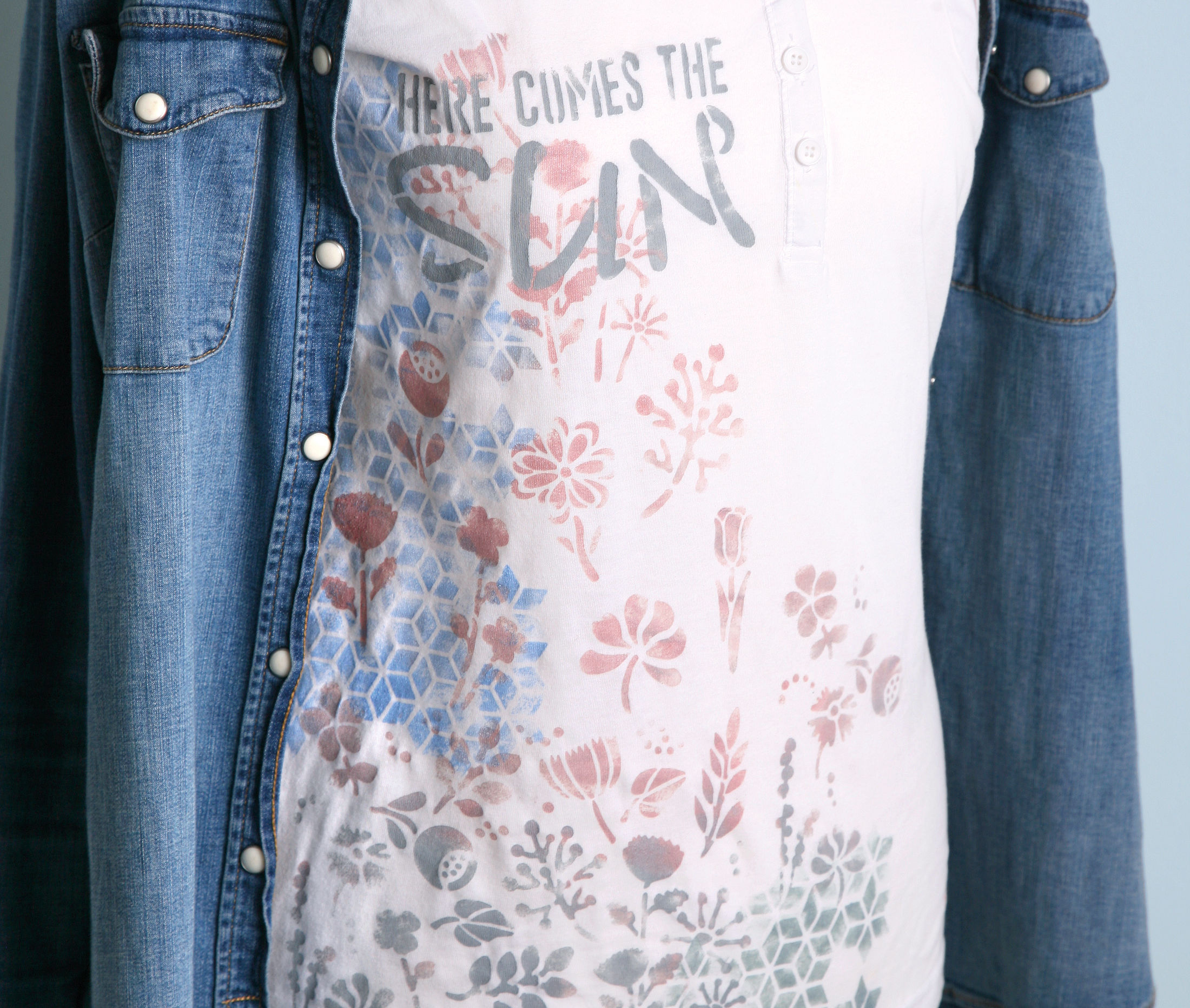 Ein Sommershirt mit Blumendesign gestalten